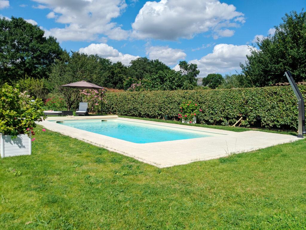 Hydro Loisirs - Construction d'une piscine 8 x 4 m liner sable, avec couverture à barres