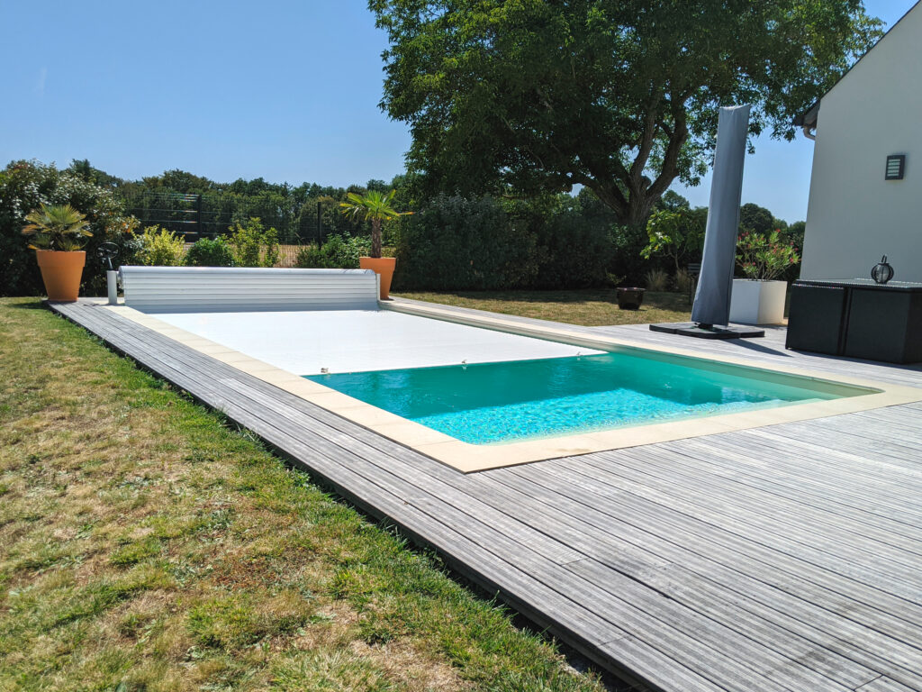 Hydro Loisirs - Réalisation d'une piscine rectangulaire avec plage et volet automatique